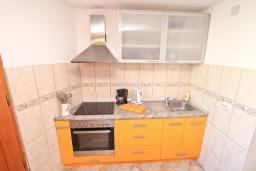 Кухня. Черногория, Лепетане : Апартамент с отдельной спальней, с террасой с видом на море, возле пляжа