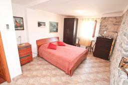 Спальня. Черногория, Лепетане : Апартамент с отдельной спальней, с террасой с видом на море, возле пляжа