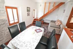 Гостиная. Черногория, Лепетане : 2-х этажный апартамент с отдельной спальней, с террасой с видом на море, возле пляжа