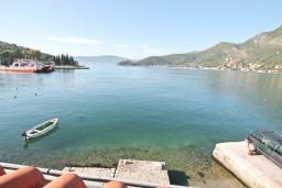 Вид на море. Черногория, Лепетане : 2-х этажный апартамент с отдельной спальней, с террасой с видом на море, возле пляжа