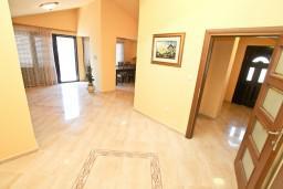 Гостиная. Черногория, Доброта : Этаж дома с отдельным входом, с 3-мя отдельными спальнями, с 2-мя ванными комнатами, с огромной гостиной, с балконом с шикарным видом на море, 20 метров до моря