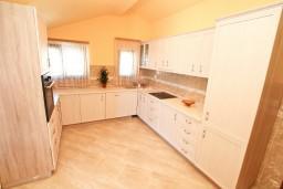 Кухня. Черногория, Доброта : Этаж дома с отдельным входом, с 3-мя отдельными спальнями, с 2-мя ванными комнатами, с огромной гостиной, с балконом с шикарным видом на море, 20 метров до моря