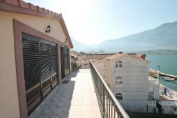 Балкон. Черногория, Доброта : Этаж дома с отдельным входом, с 3-мя отдельными спальнями, с 2-мя ванными комнатами, с огромной гостиной, с балконом с шикарным видом на море, 20 метров до моря