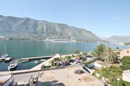 Вид на море. Черногория, Доброта : Этаж дома с отдельным входом, с 3-мя отдельными спальнями, с 2-мя ванными комнатами, с огромной гостиной, с балконом с шикарным видом на море, 20 метров до моря