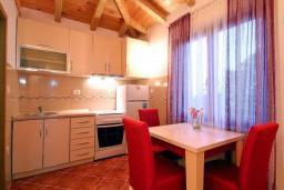 Кухня. Черногория, Святой Стефан : Бунгало в Святом Стефане (Близикуче) с 2-мя отдельными спальнями, с большой гостиной, с балконом с видом на море, с террасой и местом для барбекю