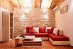 Гостиная. Черногория, Святой Стефан : Бунгало в Святом Стефане (Близикуче) с 2-мя отдельными спальнями, с большой гостиной, с балконом с видом на море, с террасой и местом для барбекю