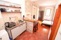 Студия (гостиная+кухня). Черногория, Котор : Уютная студия в Которе с террасой