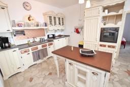 Кухня. Черногория, Бечичи : Шикарный 3-х этажный дом в Бечичи (Подбабас) с 2-мя большими гостиными, с 4-мя отдельными спальнями, с 4-мя ванными комнатами, с игровой комнатой, с бассейном, с местом для барбекю, с террасами с шикарным видом на море