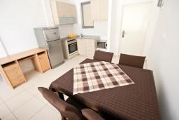 Кухня. Черногория, Бечичи : Современный апартамент для 4-6 человек, 2 отдельные спальни, с балконом с видом на море