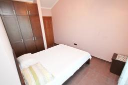 Спальня. Апартамент для 4-6 человек, с отдельной спальней, с 2-мя балконами с видом на море, 100 метров до пляжа в Игало