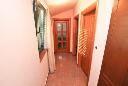 Коридор. Апартамент для 4-6 человек, с отдельной спальней, с 2-мя балконами с видом на море, 100 метров до пляжа в Игало