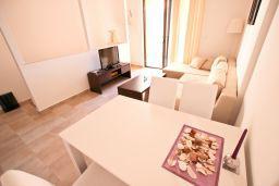 Гостиная. Черногория, Бечичи : Современный апартамент с отдельной спальней, с балконом с видом на море