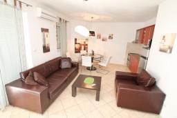 Гостиная. Черногория, Дженовичи : Апартамент для 4-5 человек, с 2-мя отдельными спальнями, с большой гостиной, с балконом, 70 метров до моря