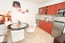 Кухня. Черногория, Дженовичи : Апартамент для 4-5 человек, с 2-мя отдельными спальнями, с большой гостиной, с балконом, 70 метров до моря