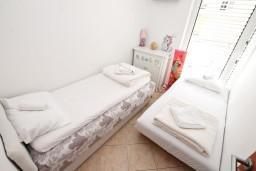 Спальня. Черногория, Дженовичи : Апартамент для 4-5 человек, с 2-мя отдельными спальнями, с большой гостиной, с балконом, 70 метров до моря