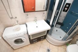 Ванная комната. Черногория, Дженовичи : Апартамент для 4-5 человек, с 2-мя отдельными спальнями, с большой гостиной, с балконом, 70 метров до моря