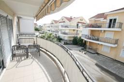 Балкон. Черногория, Дженовичи : Апартамент для 4-5 человек, с 2-мя отдельными спальнями, с большой гостиной, с балконом, 70 метров до моря