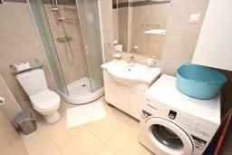 Ванная комната. Черногория, Пржно / Милочер : Современный апартамент с отдельной спальней, с балконом