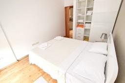 Спальня. Черногория, Пржно / Милочер : Современный апартамент для 2-4 человек, с отдельной спальней, с балконом