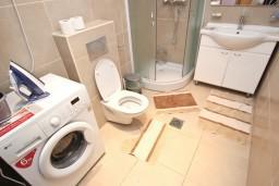 Ванная комната. Черногория, Пржно / Милочер : Современный апартамент для 4-6 человек, с 2-мя отдельными спальнями, с большой гостиной, с балконом