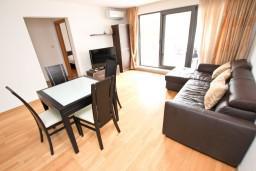 Гостиная. Черногория, Пржно / Милочер : Современный апартамент для 4-6 человек, с 2-мя отдельными спальнями, с большой гостиной, с 2-мя ванными комнатами, с балконом