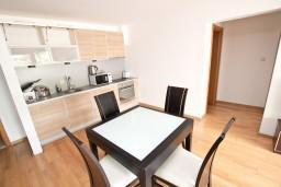 Кухня. Черногория, Пржно / Милочер : Современный апартамент для 4-6 человек, с 2-мя отдельными спальнями, с большой гостиной, с 2-мя ванными комнатами, с балконом