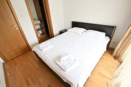 Спальня. Черногория, Пржно / Милочер : Современный апартамент для 4-6 человек, с 2-мя отдельными спальнями, с большой гостиной, с 2-мя ванными комнатами, с балконом