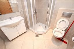 Ванная комната. Черногория, Пржно / Милочер : Современный апартамент для 4-6 человек, с 2-мя отдельными спальнями, с большой гостиной, с 2-мя ванными комнатами, с балконом