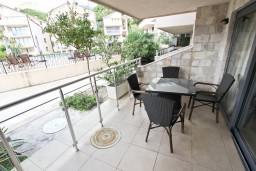 Балкон. Черногория, Пржно / Милочер : Современный апартамент для 4-6 человек, с 2-мя отдельными спальнями, с большой гостиной, с 2-мя ванными комнатами, с балконом