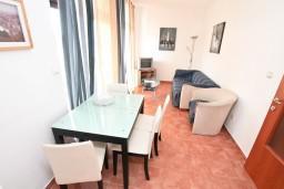 Гостиная. Черногория, Бигова : Апартамент для 4-6 человек, с 2-мя отдельными спальнями, с 2-мя ванными комнатами, с террасой с шикарным видом на море, 20 метров до пляжа
