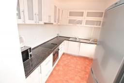 Кухня. Черногория, Бигова : Апартамент для 4-6 человек, с 2-мя отдельными спальнями, с 2-мя ванными комнатами, с террасой с шикарным видом на море, 20 метров до пляжа