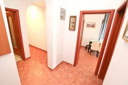 Коридор. Черногория, Бигова : Апартамент для 4-6 человек, с 2-мя отдельными спальнями, с 2-мя ванными комнатами, с террасой с шикарным видом на море, 20 метров до пляжа