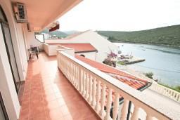 Терраса. Черногория, Бигова : Апартамент для 4-6 человек, с 2-мя отдельными спальнями, с 2-мя ванными комнатами, с террасой с шикарным видом на море, 20 метров до пляжа