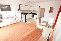 Гостиная. Черногория, Бигова : Апартамент для 4-6 человек, с 2-мя отдельными спальнями, с 2-мя ванными комнатами, с террасой, 20 метров до пляжа