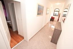 Коридор. Черногория, Бигова : Апартамент для 4-6 человек, с 2-мя отдельными спальнями, с 2-мя ванными комнатами, с террасой, 20 метров до пляжа