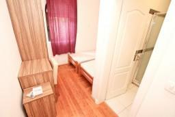 Спальня. Черногория, Бигова : Апартамент для 4-6 человек, с 2-мя отдельными спальнями, с 2-мя ванными комнатами, с террасой, 20 метров до пляжа