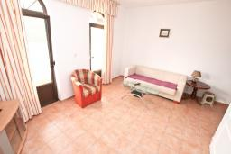 Гостиная. Черногория, Бигова : Апартамент для 3-5 человек, с 2-мя отдельными спальнями, с 2-мя ванными комнатами, с балконом с шикарным видом на море, 20 метров до пляжа