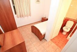 Спальня. Черногория, Бигова : Апартамент для 3-5 человек, с 2-мя отдельными спальнями, с 2-мя ванными комнатами, с балконом с шикарным видом на море, 20 метров до пляжа