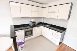 Кухня. Черногория, Бигова : Апартамент для 4-6 человек, с 2-мя отдельными спальнями, с 2-мя ванными комнатами, с балконом с шикарным видом на море, 20 метров до пляжа