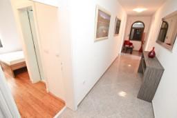 Коридор. Черногория, Бигова : Апартамент для 4-6 человек, с 2-мя отдельными спальнями, с 2-мя ванными комнатами, с балконом с шикарным видом на море, 20 метров до пляжа