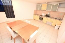Кухня. Черногория, Бигова : Апартамент с отдельной спальней, с террасой с видом на море, 20 метров до пляжа
