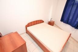 Спальня. Черногория, Бигова : Апартамент с отдельной спальней, с террасой с видом на море, 20 метров до пляжа