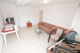 Гостиная. Черногория, Бигова : Апартамент с отдельной спальней, с большой террасой с шикарным видом на море, 20 метров до пляжа
