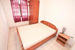 Спальня. Черногория, Бигова : Апартамент с отдельной спальней, с большой террасой с шикарным видом на море, 20 метров до пляжа