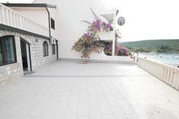 Терраса. Черногория, Бигова : Апартамент с отдельной спальней, с большой террасой с шикарным видом на море, 20 метров до пляжа