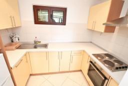 Кухня. Черногория, Крашичи : Апартамент для 4-6 человек, с большой гостиной, с 2-мя отдельными спальнями, с террасой с видом на море, 50 метров до пляжа