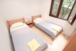 Спальня. Черногория, Крашичи : Апартамент для 4-6 человек, с большой гостиной, с 2-мя отдельными спальнями, с террасой с видом на море, 50 метров до пляжа