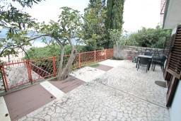 Терраса. Черногория, Крашичи : Апартамент для 4-6 человек, с большой гостиной, с 2-мя отдельными спальнями, с террасой с видом на море, 50 метров до пляжа
