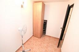 Спальня. Черногория, Бигова : Дом в Бигова, площадью 200м2 с 4-мя отдельными спальнями, с большой гостиной и 2-мя кухнями, с 2-мя ванными комнатами, с 2-мя балконами и террасой с видом на море, 100 метров до пляжа