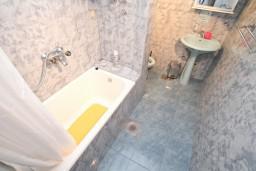 Ванная комната. Черногория, Бигова : Дом в Бигова, площадью 200м2 с 4-мя отдельными спальнями, с большой гостиной и 2-мя кухнями, с 2-мя ванными комнатами, с 2-мя балконами и террасой с видом на море, 100 метров до пляжа
